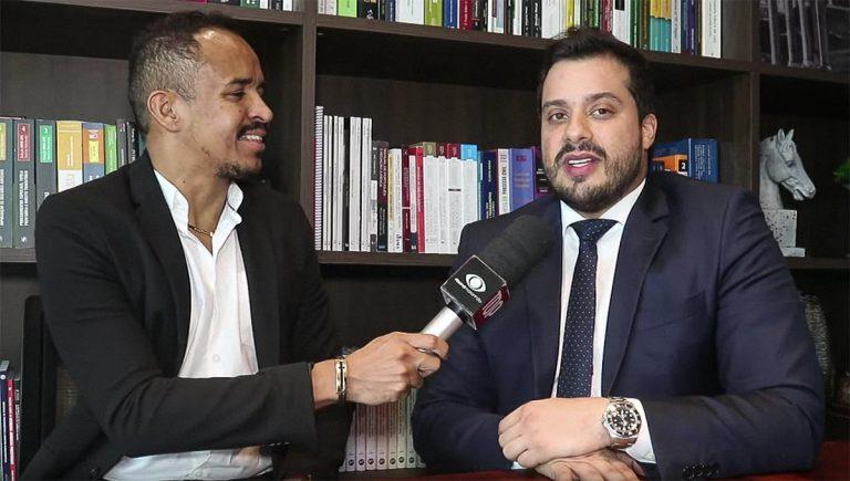 Durante a visita, o apresentador, William Santos, bateu aquele papo descontraído com Gabriel Costa